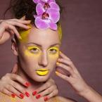 Idėjinė fotosesija su dažais ir gėlėmis